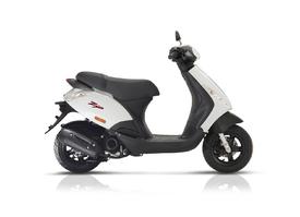 Piaggio Zip 50cc 4t. verkrijgbaar in 25 of 45km/u € 1.659,00 verkrijgbaar in wit of zwart